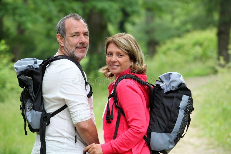 Uśmiechnięci wycieczkowicze w lasowej cieszy się wycieczce fotografia stock