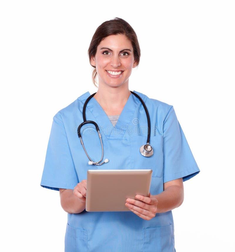 Uśmiechnięta ładna damy pielęgniarka pracuje na pastylka komputerze osobistym zdjęcie royalty free