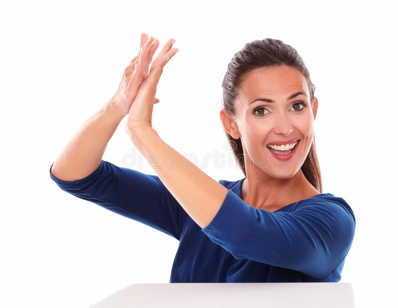 Uśmiechnięta ładna kobieta klascze w zwycięstwie obrazy royalty free