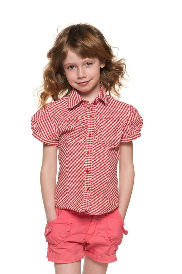 Uśmiechnięta ładna mała dziewczynka z bieżącym włosy obraz royalty free