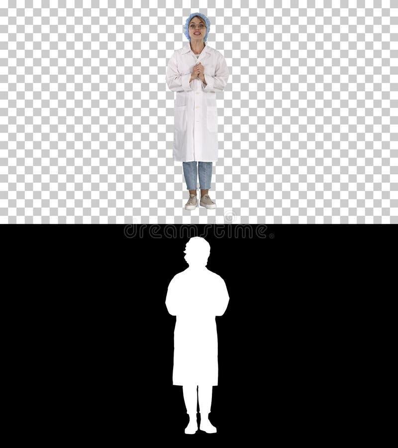 U?miechni?ta ?liczna lekarz medycyny kobieta opowiada kamera, Alfa kana? zdjęcia royalty free