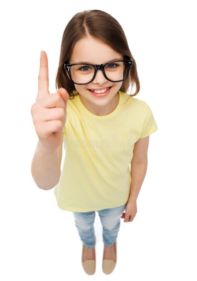 Uśmiechnięta śliczna mała dziewczynka w czarnych eyeglasses zdjęcia royalty free