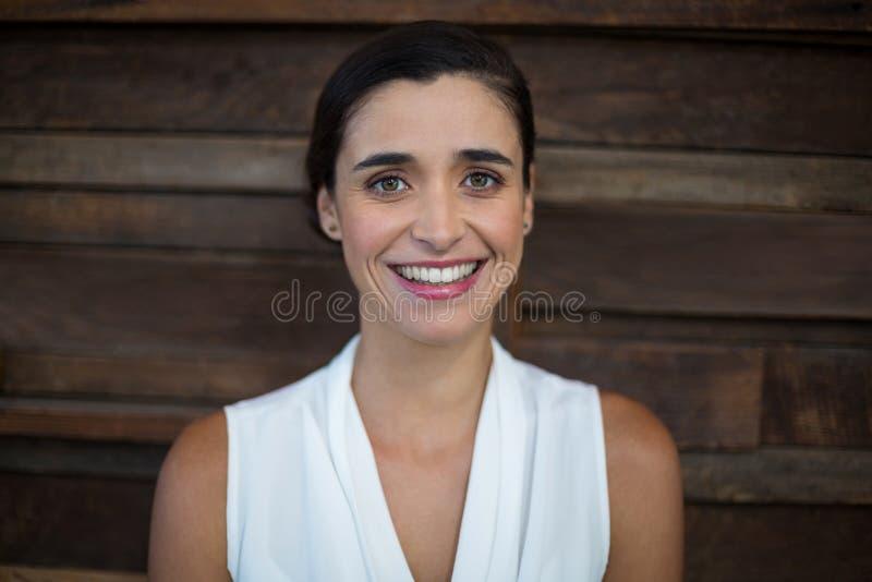 Uśmiechnięta żeńska dyrektor wykonawczy pozycja w biurze fotografia royalty free