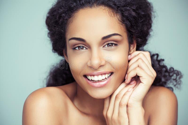Uśmiechnięta Afrykańska kobieta zdjęcia stock