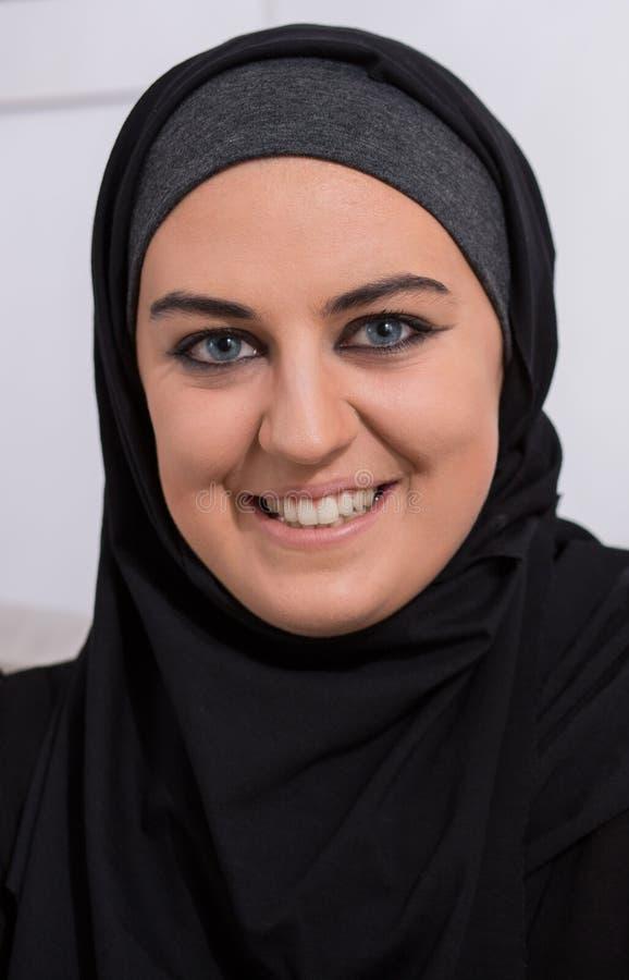 Uśmiechnięta arabska kobieta jest ubranym hijab obraz stock