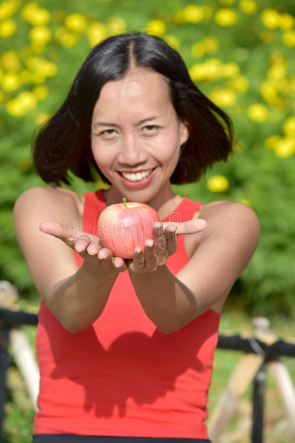 Uśmiechnięta, Atrakcyjna, Różna Kobieta Z Jabłkiem obrazy stock