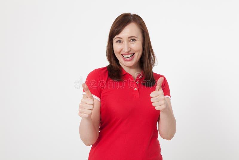 Uśmiechnięta atrakcyjna w średnim wieku kobieta pokazuje aprobaty, ok na białym tle kosmos kopii obraz stock