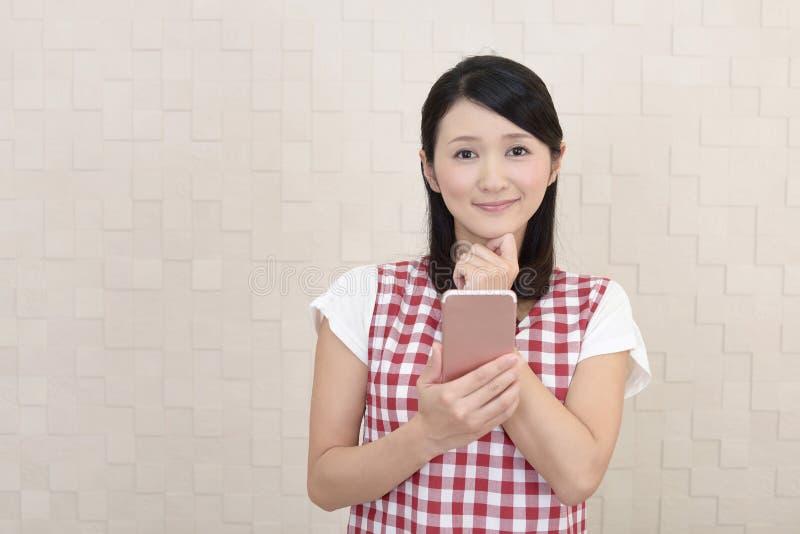 Uśmiechnięta Azjatycka gospodyni domowa zdjęcia royalty free