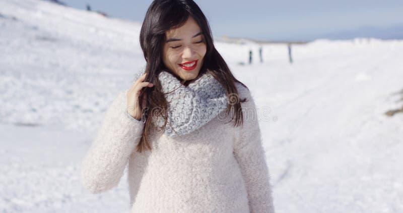 Uśmiechnięta azjatykcia dziewczyna w woolen puloweru relaksować obrazy royalty free