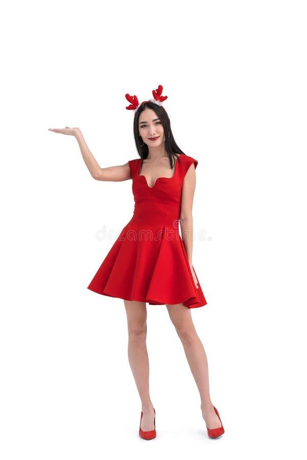 uśmiechnięta azjatykcia kobieta w jeleni kostiumowy gestykulować zdjęcie stock