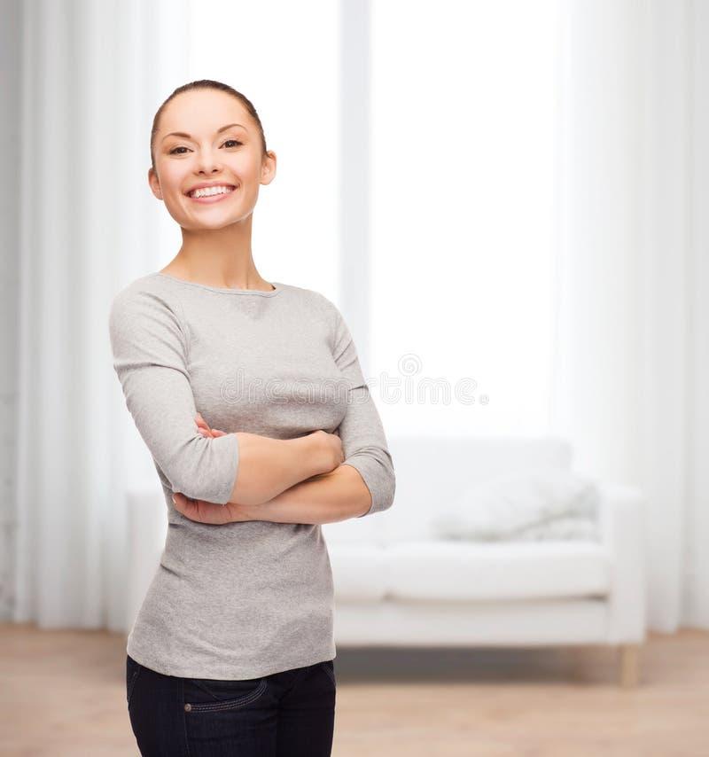 Uśmiechnięta azjatykcia kobieta z krzyżować rękami obrazy stock