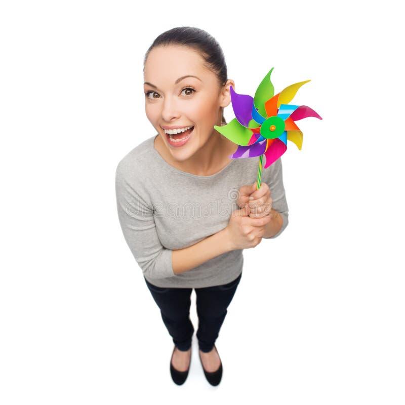 Uśmiechnięta azjatykcia kobieta z wiatraczkiem obraz stock