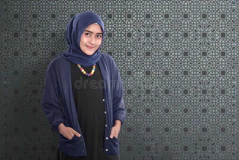 Uśmiechnięta azjatykcia muzułmańska żeńska pozycja z tradycyjną suknią fotografia royalty free