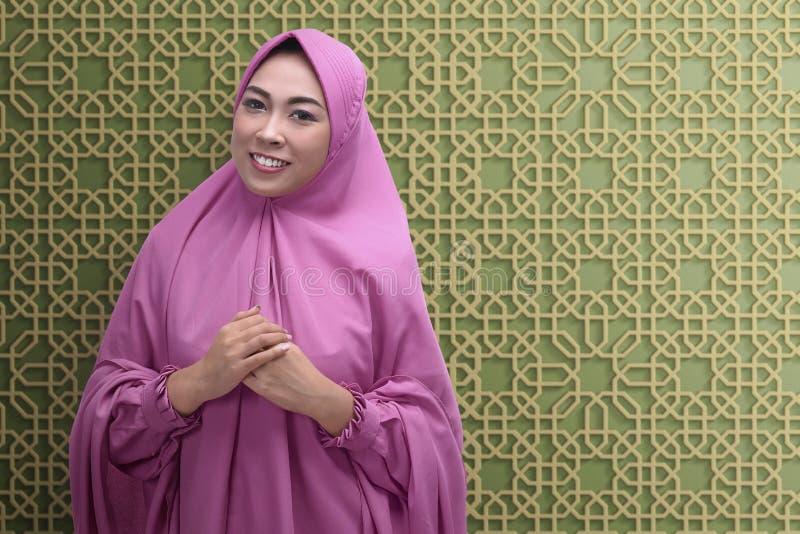 Uśmiechnięta azjatykcia muzułmańska kobieta z hijab obrazy royalty free