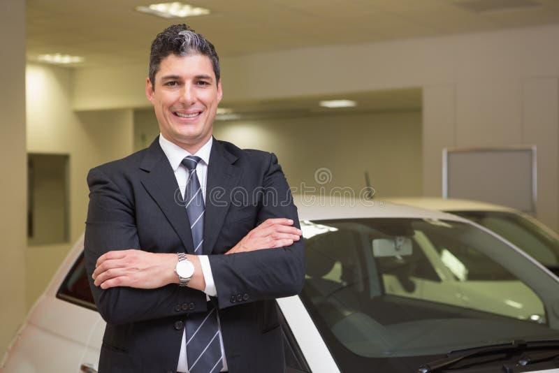 Uśmiechnięta biznesmen pozycja z rękami krzyżować fotografia stock