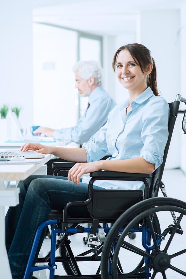 Uśmiechnięta biznesowa kobieta w wózku inwalidzkim obrazy stock