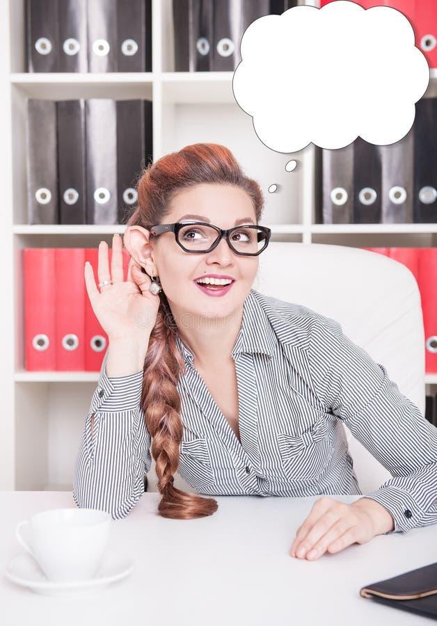 Uśmiechnięta biznesowa kobieta z dużym ucho podsłuchuje fotografia royalty free