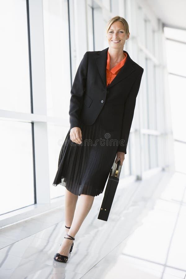 uśmiechnięta biznesowego kobieta chodząca korytarza zdjęcia royalty free