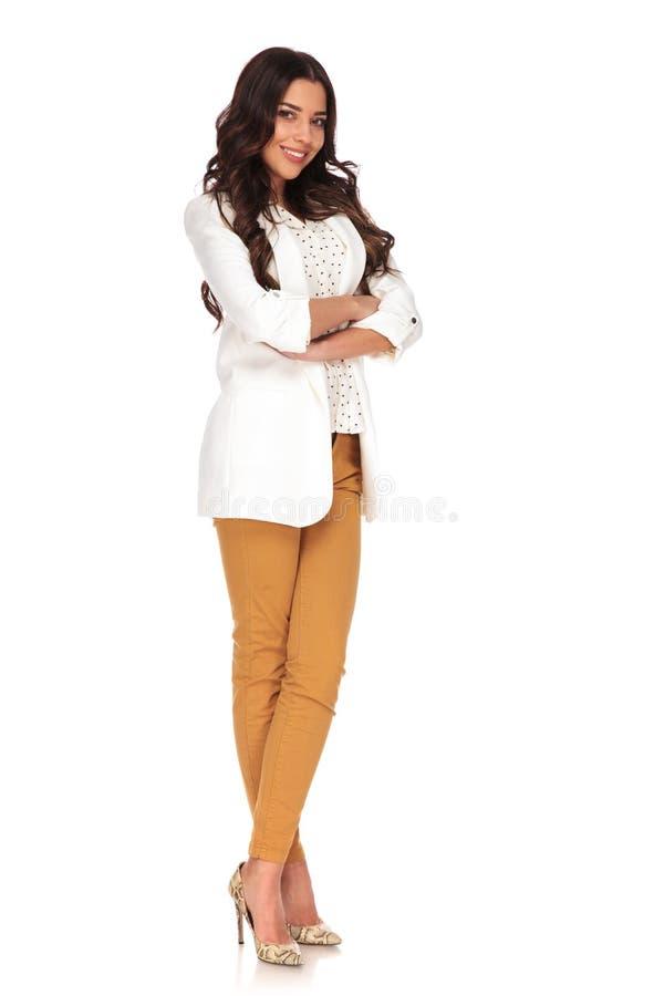 Uśmiechnięta bizneswoman pozycja z nogami i rękami krzyżującymi fotografia royalty free