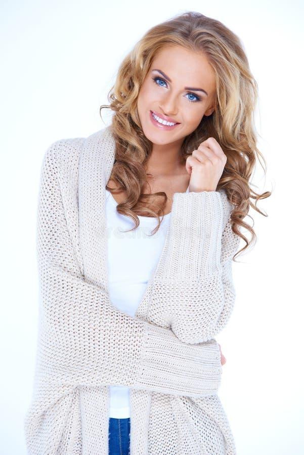 Uśmiechnięta Blond kobieta Jest ubranym puloweru kardigan zdjęcie royalty free