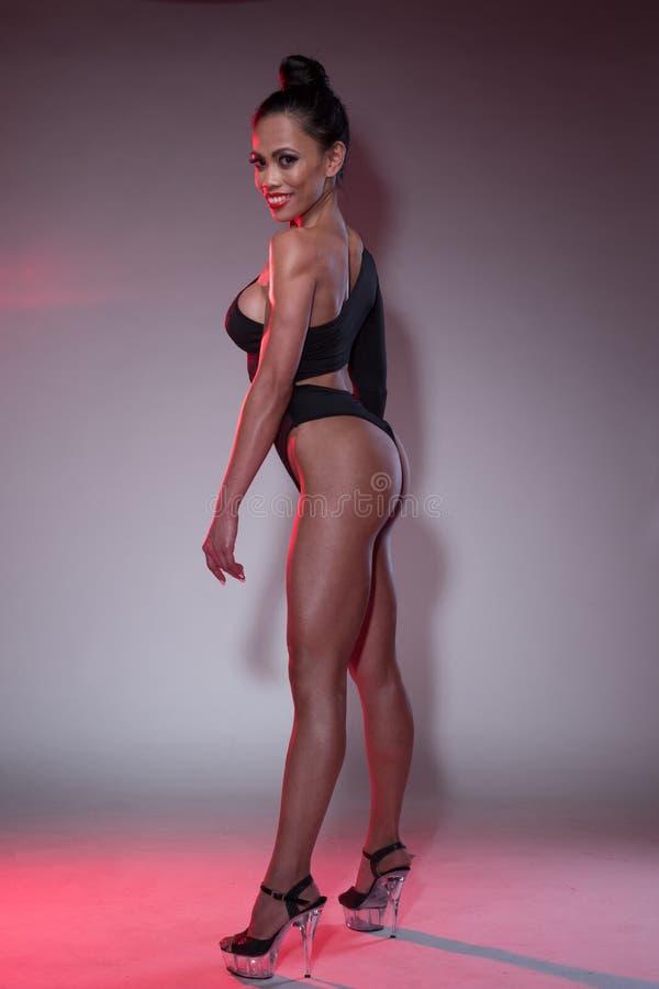 Uśmiechnięta Bodybuilder kobieta w Leotard i piętach zdjęcia stock