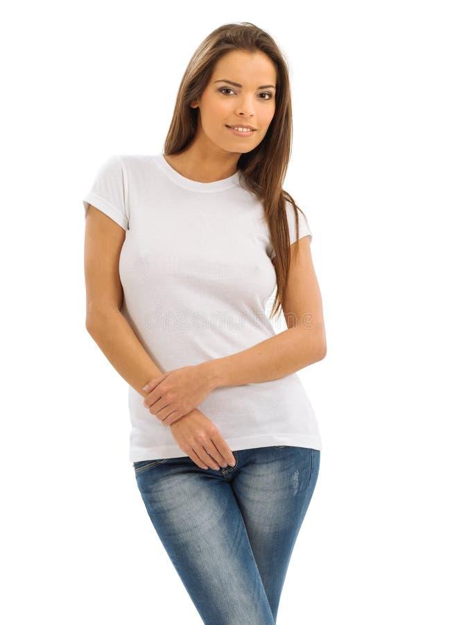 Uśmiechnięta brunetka jest ubranym pustą białą koszula fotografia royalty free