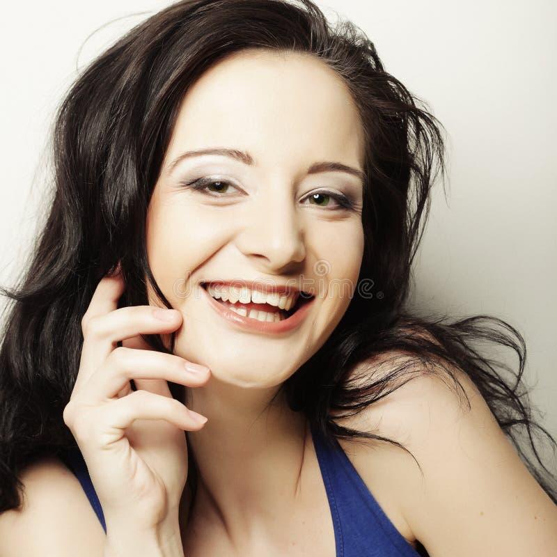 Uśmiechnięta brunetka, szczęśliwy czas zdjęcia royalty free