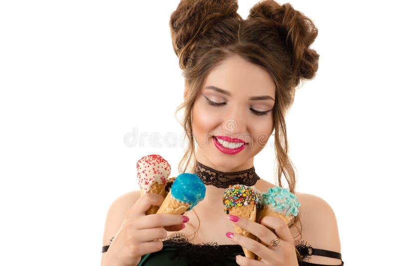 Uśmiechnięta brunetki kobieta z lody w rękach fotografia royalty free