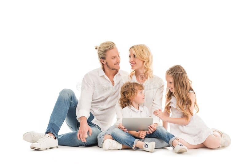 uśmiechnięta caucasian rodzina z cyfrową pastylką obrazy royalty free