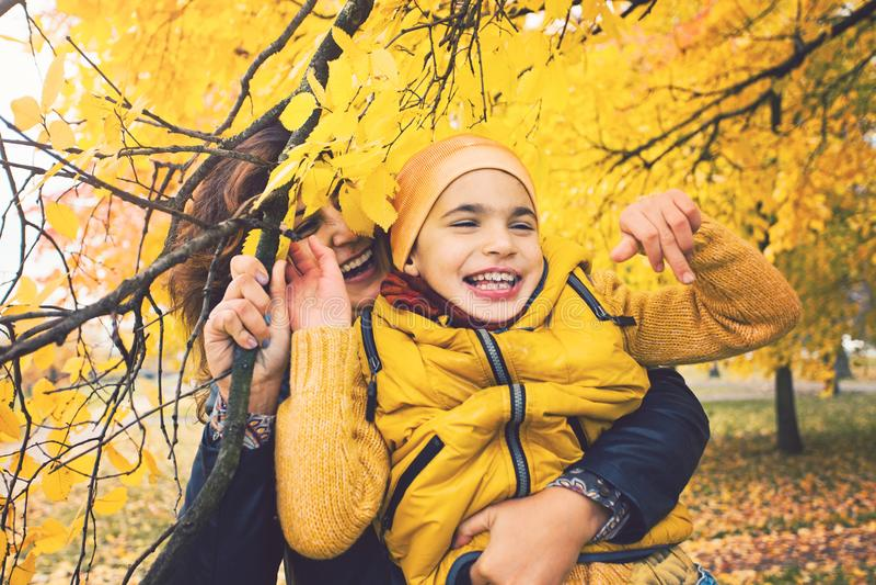 Uśmiechnięta chłopiec, dzieciak z kalectwami i jego, matka zdjęcia stock
