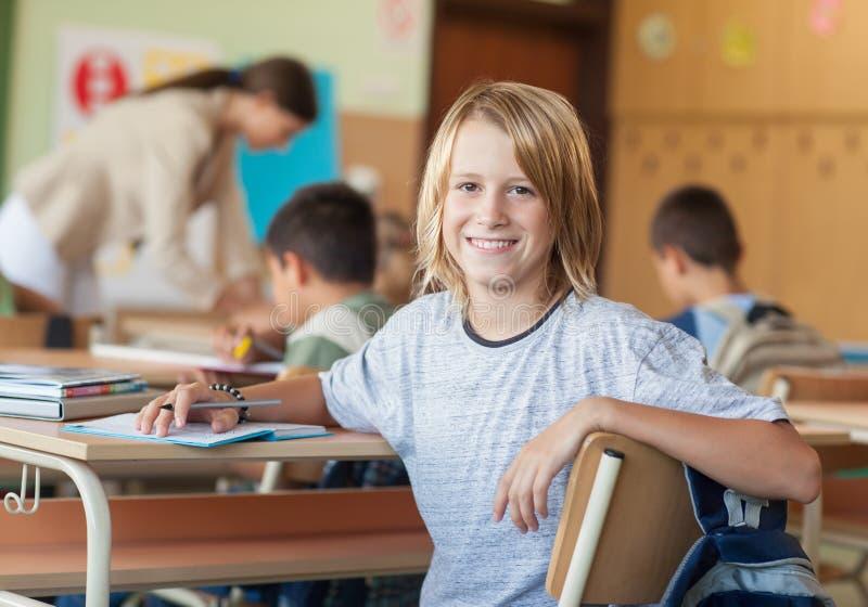 Uśmiechnięta chłopiec przy szkołą fotografia royalty free