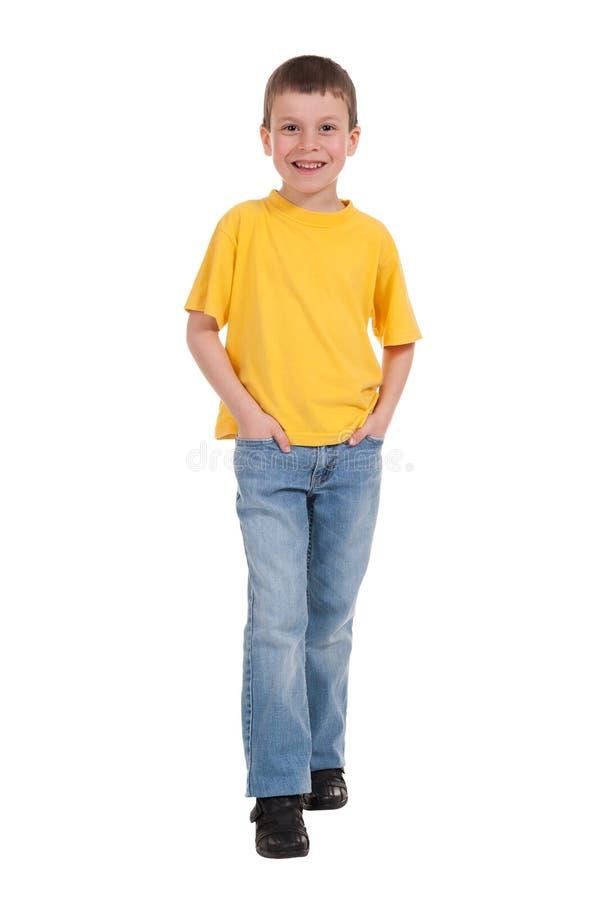 Uśmiechnięta chłopiec w żółtej koszulce zdjęcie royalty free