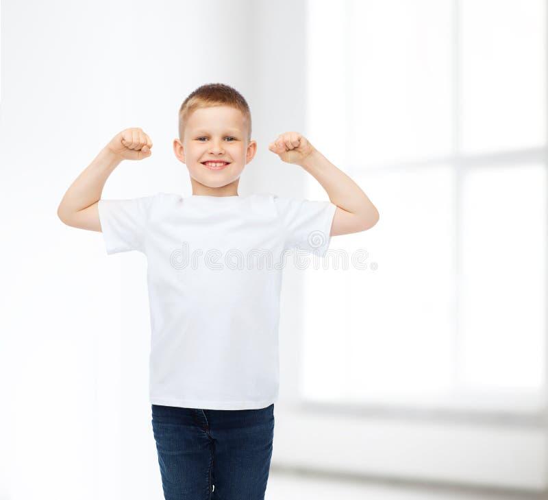 Uśmiechnięta chłopiec w białej pustej koszulce zdjęcia royalty free