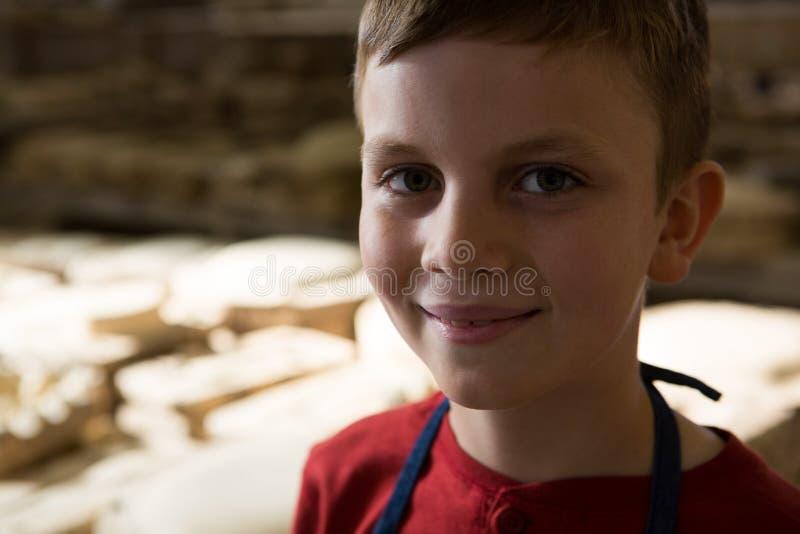 Uśmiechnięta chłopiec w ceramicznym warsztacie obrazy stock