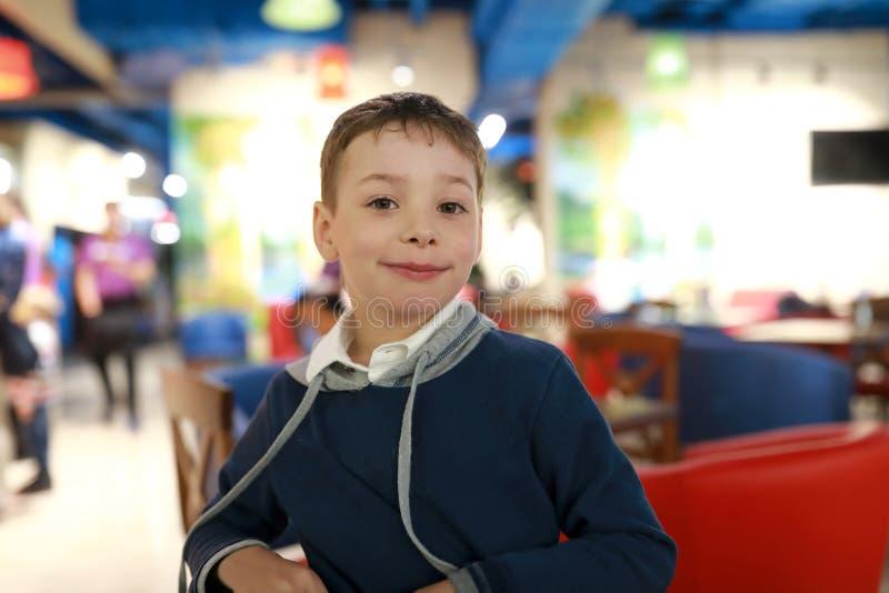 Uśmiechnięta chłopiec w kawiarni zdjęcia stock
