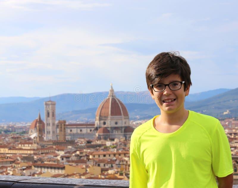 Uśmiechnięta chłopiec w mieście FLORENCJA w Włochy obraz stock
