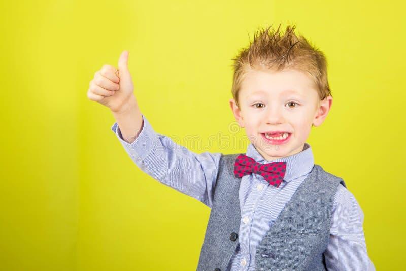 Uśmiechnięta chłopiec z aprobatami zdjęcie royalty free