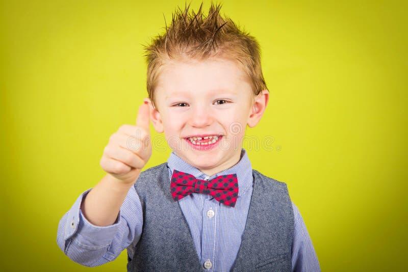 Uśmiechnięta chłopiec z aprobatami zdjęcia royalty free