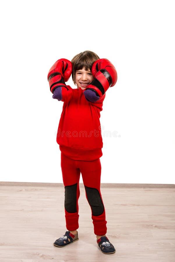 Uśmiechnięta chłopiec z czerwonymi bokserskimi rękawiczkami fotografia royalty free