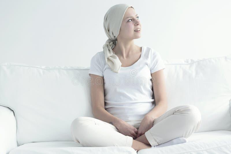 Uśmiechnięta chora kobieta z chustka na głowę obrazy stock