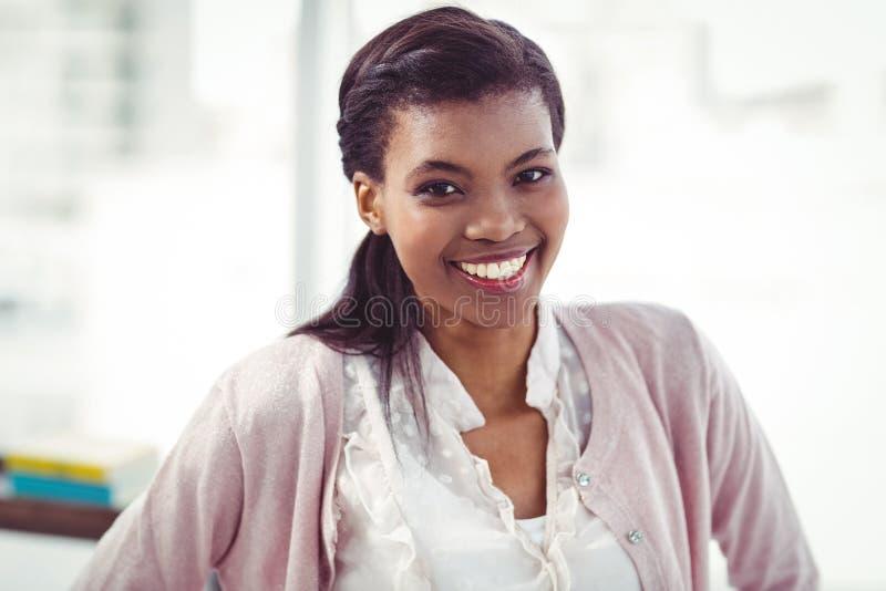 Uśmiechnięta crestive biznesowa kobieta obrazy stock