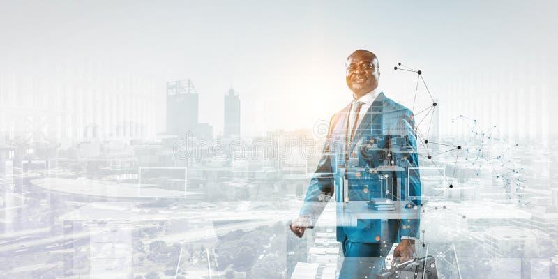 Uśmiechnięta czarna biznesmen pozycja przeciw pejzażu miejskiego i grafiki tłu fotografia royalty free