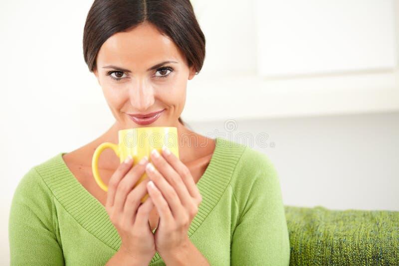 Download Uśmiechnięta Dama Trzyma żółtego Kubek Obraz Stock - Obraz złożonej z kawa, piękny: 53788817