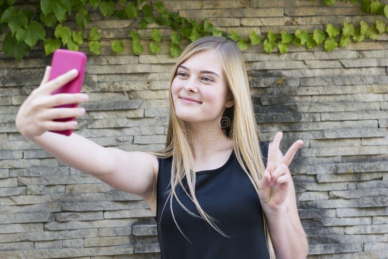 Uśmiechnięta dama z menchia telefonem zdjęcie royalty free