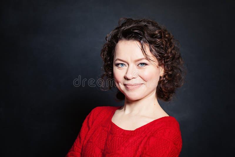 Uśmiechnięta Dojrzała kobieta na Blackboard tle obraz stock