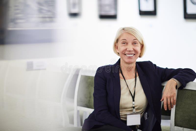 Uśmiechnięta Dojrzała kobieta w muzeum fotografia royalty free