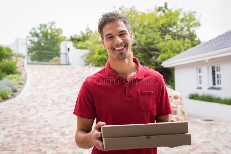Uśmiechnięta doręczeniowa chłopiec z pizzą zdjęcia royalty free