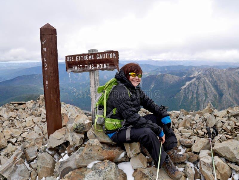 Uśmiechnięta dorosła kobieta na góra wierzchołku, czuć szczęśliwy i pomyślny zdjęcie royalty free