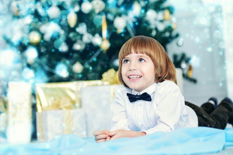 Uśmiechnięta dzieciak chłopiec zdjęcia stock