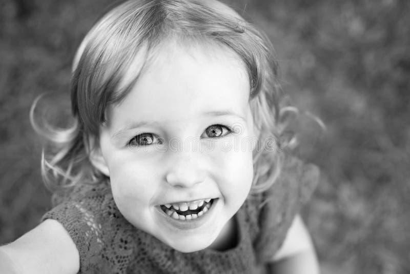 Uśmiechnięta dzieciak dziewczyna, bw zdjęcie stock